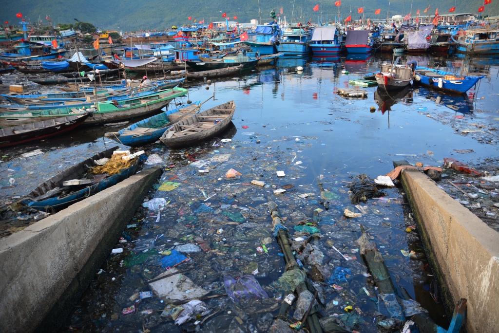 Điểm nóng về môi trường: Âu thuyền Thọ Quang, Đà Nẵng bốc mùi hôi nồng nặc với đủ các loại rác thải vứt đầy trên bờ và mặt nước.